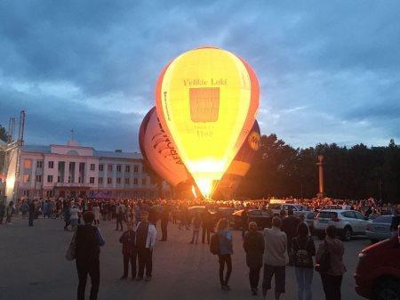 Красивую точку 23-й Международной встречи воздухоплавателей в Великих Луках поставило ночное свечение аэростатов